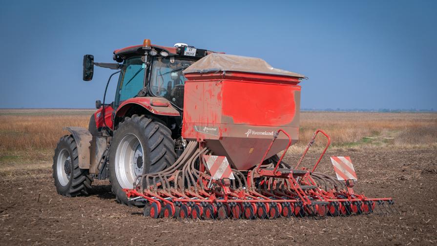 Земеделският производител се доверява на Kverneland DL- 4,50-метрова навесна сеялка за слети култури за есенна кампания и вече втора година ще работи с нея.